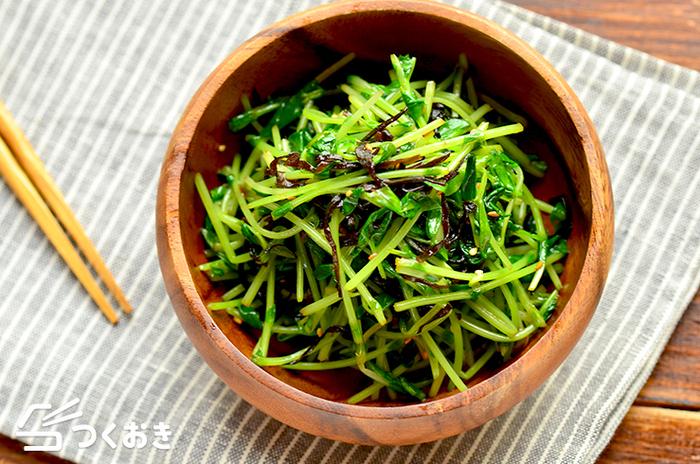豆苗をレンジ加熱して、ほかの材料と和えるだけだからラクラク~。お弁当に青物が欲しいときにさっと作れる、塩こんぶナムルのレシピです。