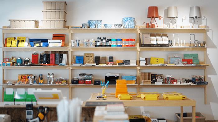 福岡市内にあるハイタイドの直営店に行けば、今回ご紹介したニューレトロのアイテムをはじめ、いろいろなブランドの文房具や雑貨を見ることができます。お近くにお立ち寄りの際は、ぜひ足を運んでみてください。