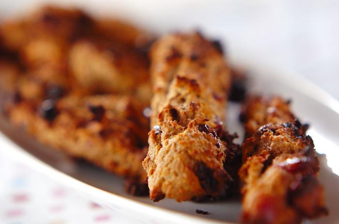 グラノーラやオートミールの代わりに、日本のヘルシーフードおからを使ったレシピも。 から炒りしたおからに、レーズンチョコ、ドライクランベリー、卵、米粉、バター、水飴を加えて、スティック状に成形してオーブンシートを敷いた鉄板にのせて焼き上げます。ダイエット中の人は、ヘルシーなおからのエナジーバーをおやつにしてみては?