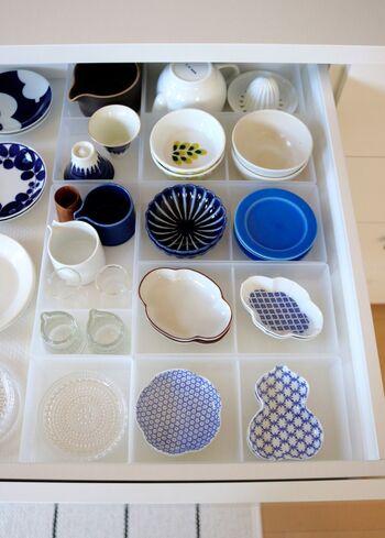 """お皿を重ねると、結局上にあるものばかり使ってしまうことに。重ねやすい小皿であれば""""なおさら""""かもしれませんね。  無印の整理トレー2を使って、デザインごとに分けて収納するのがおすすめ。 すべて見渡せることで選ぶ楽しみは倍に♪"""