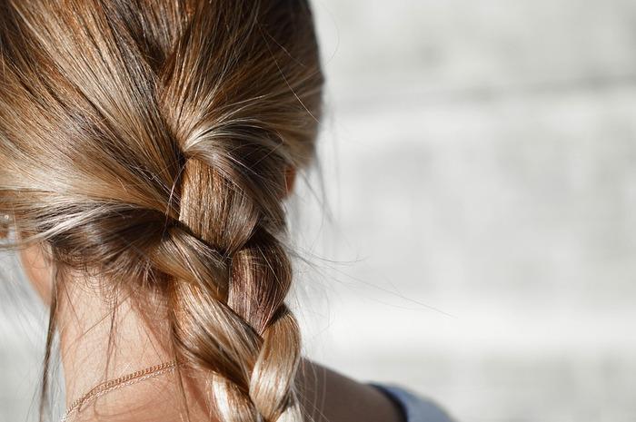 手触り良く艶のある髪でも、いつの間にかパサついたりきしむ髪になってしまうのはなぜでしょうか。特に秋頃になると、髪の傷みが気になる人が増えますよね。