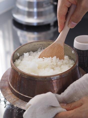 古米は新米に比べて粘りが少なく、食感も固くなりがちで、古いものほどぬかに含まれる脂質が酸化して独特の古米臭の元となります。でも、しっかり研ぐことで臭いはかなり軽減できますし、気になる時は再度精米するのもおすすめです。また、古米を炊く時に餅米を混ぜたり、粉寒天を加えるとパサつきが抑えられ、美味しさも復活しますよ。