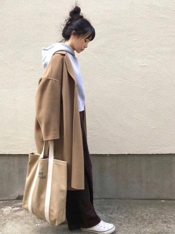 オーバーサイズのキャメルベージュのコートに、グレーパーカーと茶系ワイドパンツを合わせた秋冬らしいカラーリング。ビッグシルエット特有のゆるっとしたシルエットが今風です。