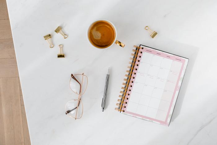 大きな目標から逆算して、今月、今週、そして今日の目標を決めていくと、メリハリのある計画になります。わかりやすく手帳に書き込んでみると、モチベーションアップにもなりますよ。自分のお気に入りの手帳を探してみてくださいね。