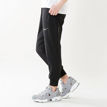 ボトムは自分の身体にフィットして動きやすく、通気性や吸湿速乾性、耐久性に優れたものを選びましょう。主にパンツ、スカート、タイツタイプがあるので、自分のお気に入りのスタイルを見つけてランニングファッションを楽しむのも◎。