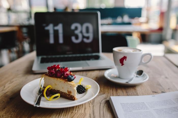 勉強の際は、時計を見えるところに置いたり、タイマーをかけたりして、時間を意識することで、だらだらしてしまうことを防げます。やる気が出ないときは、おいしいお菓子や紅茶・コーヒーで自分をおだててもOK!カフェインと糖分の力で集中力アップしちゃいましょう♪