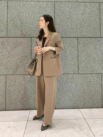 スーツは、普段会社の制服があるという人でも社会人1着持っていると安心です。ブラックだとリクルートスーツのように見えてしまうこともあるので、おしゃれに見せるなら、ベージュやグレー、ネイビーのスーツを選びましょう。