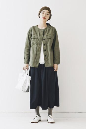 ミリタリーシャツをシックな色合いで着こなせば、秋コーデに。シャツの間からちらっと見えるレースで、女性らしさや品のよさをプラス。シンプルでもポイントになるバッグをチョイスすることで今年っぽいコーデになりますよ。