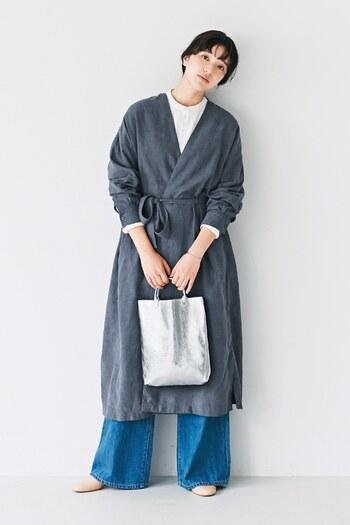 さらりと羽織れるガウンは、秋ワードローブの必需品!前身ごろを重ね合わせてベルトを巻けば、ワンピースのようにも着られて、1枚あると着こなしの幅が広がります。チャコールグレーのガウンには、シルバー小物やデニムなど寒色系でまとめるとこなれ感が出て、クリーンな印象にまとまります。