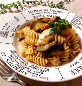 続けて、ツナ缶を使ったお手軽パスタレシピです。生のトマトをまるっと使ったソースが美味!モッツァレラチーズをとろけるチーズ、イタリアンパセリをドライパセリで代用すればより作りやすいですよ。
