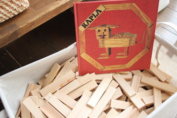 フランス生まれの「カプラ(KAPLA)」は、考案者であるトム・ブリューゲンが15年もの年月をかけて試作研究し編み出した木製ブロック。  立体的な動物や乗り物、建物など、思い思いにつくることができます。子どものおもちゃとしてはもちろん、インテリアアイテムや大人の頭の体操用としても人気を集めています。