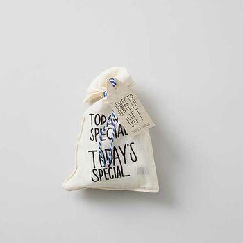 お菓子を詰め合わせた、ミニ巾着バッグ。TODAY'S SPECIALオリジナルのミニ巾着に、可愛いキャンディーや焼き菓子が入っています。