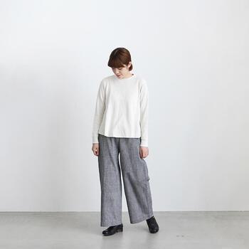 柔らかく表情豊かなワッフル素材のカットソーとワイドパンツ。飾らずシンプルな着こなし方がとても素敵。シルエットもとてもきれいですね。