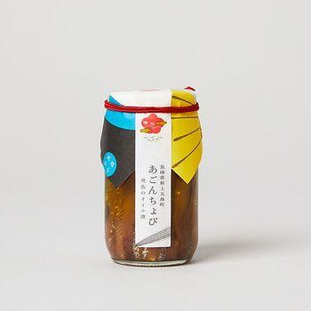「あごんちょび」は、長崎県上五島で穫れた飛魚(あご)に自家製の塩「海塩ごとう」を振って旨みを引き出し、五島名産の椿油とオリーブオイルに漬け込んだアンチョビ風の一品。