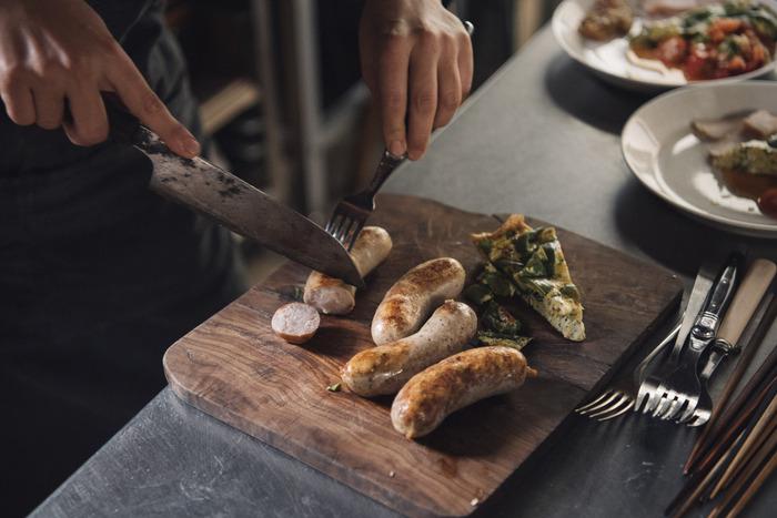 余計なものは加えず肉のうま味を引き出すハーブやスパイスを使い、出汁を活かして作られたソーセージ。素材そのもののおいしさを堪能できる深い味わいです。
