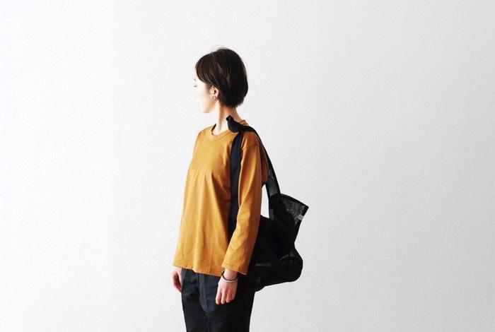 シンプルに1枚で着たり、重ね着したり、ジャケットなどのインナーにしたり、使い勝手の良さを考えるなら、ベーシックなデザインのものを。itten.(イッテン)の長袖カットソーは、ユニセックスで飽きのこないデザイン、上質でハリのある生地が秀逸です。