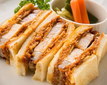 """「厳選洋食さくらい」の""""カツサンド""""は、蜂蜜に漬け込んで柔らかくなった黒豚を使ったサンドイッチ。トンカツとキャベツに特性ソースがしっかりしみ込んでいます。ワインにもぴったりの一品です。"""