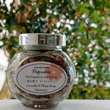 """キンモクセイの散った花をたくさん見つけたら「良い香りだから何かに使えないかな・・」と思いますよね。  キンモクセイの香りを活かして、お部屋やトイレの「芳香剤」に使えないかな・・と思ったあなたへ「モイストポプリ」の作り方をご紹介します。  「モイストポプリ」とは、半乾きの植物と塩を組み合わせて作る芳香剤。""""ポプリ""""といえば、乾燥させたお花をイメージしますが、それとはちょっと異なりますよね。  「モイストポプリ」を「芳香剤」として使った後は、「バスソルト」として、入浴剤に活用することもできますよ。"""