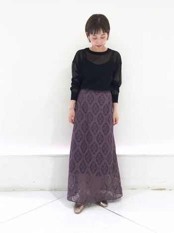 大人っぽいパープルのマキシスカート。透け感が綺麗ですね。トップスはブラックでシンプルにまとめることでスカートが主役になります。