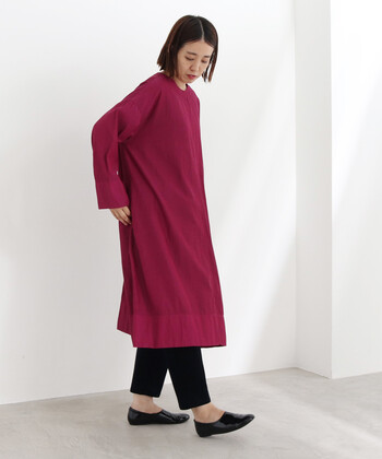 鮮やかな、赤みの強いパープルのワンピース。シンプルな形なので色で遊びましょう。パンツとシューズは黒で控えめにして、ワンピースが主役のコーディネートに。