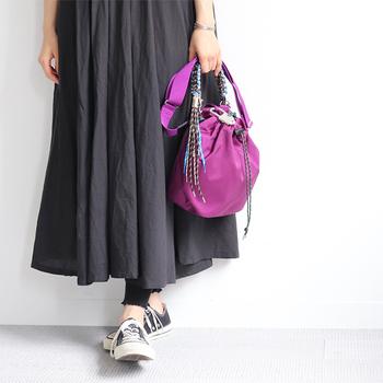 鮮やかなパープルのナイロンバッグは、コーディネートのアクセントにおすすめです。シンプルにまとめたコーデでも、バッグ一つで明るく見せることができます。