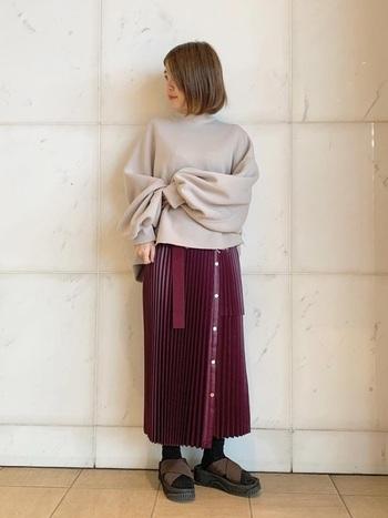 個性的なデザインのプリーツスカートには、シンプルなトップスが好相性です。スカートのカラーがはっきりしているので、淡いカラーのトップスを合わせるとバランスが良くまとまります。