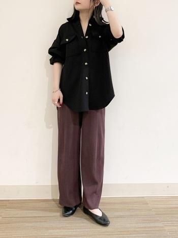 シックな黒のシャツに、リラックス感のあるパープルのワイドパンツを合わせています。ダークカラーの組み合わせなので、ラフすぎず落ち着いた印象に。