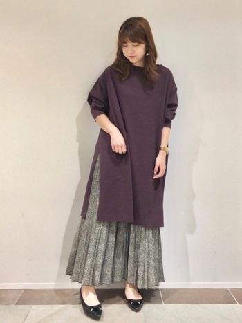 パープルのワンピースに大きめのスリットが入っているので、そこからスカートの色を見せることができます。パープルは柄スカートとの相性も良いですね。