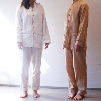 丁寧な工程で柔らかな和晒しを作り上げる【京和晒綿紗(きょうわざらしめんしゃ)】のパジャマは、空気をまとうような快適な着心地。白と柿渋染めの2種類があり、サイズも豊富なのでペアでオーダーできますよ。