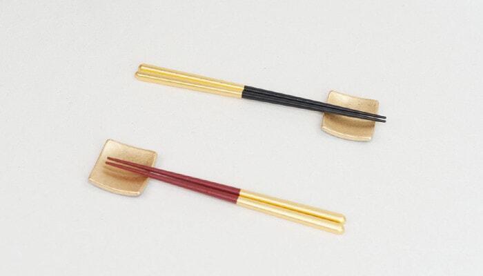 """男性用・女性用のお箸がセットになった""""夫婦箸""""は、ペアギフトの定番アイテム。贈り物だからこそ、普段使いとはまた違う華やかなデザインを選ぶのもいいですよね。金沢で人気の金箔工芸ブランド【箔一(はくいち)】には、金箔を贅沢にあしらった夫婦箸がありますよ。"""