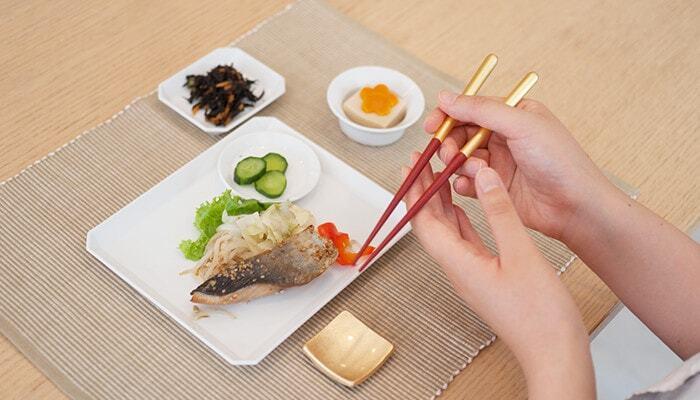 手に持った時にも金箔が映えてとっても鮮やか。箸置きとセットで使うと、いつもの食卓もなんだか特別な雰囲気に様変わりします。