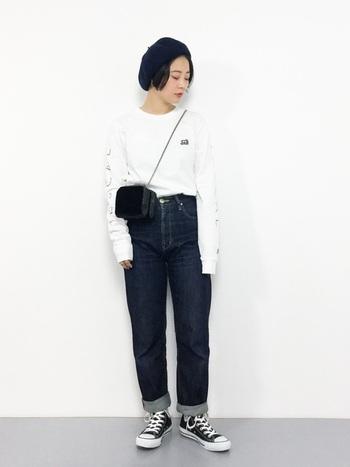 袖にプリントが施されたカットソーをジーンズにインして。ストリート感ある可愛い着こなしが魅力的です。