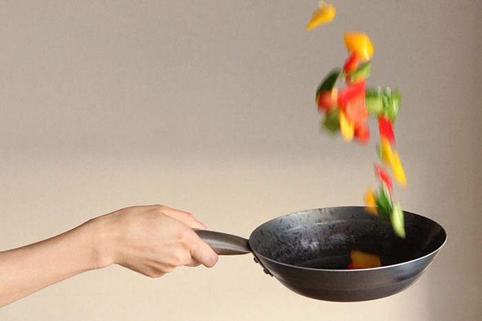 このフライパン、1枚の鉄を打ち出しているため、軽くて薄手。しかも、一般家庭向けにと考えられたフライパンなので、持ち手に熱が伝わりにくくなっています。 まさに、料理のプロが認める鉄のフライパンをそのまま家庭用にした「打ち出しフライパン TARO」。 日々のお料理づくりが楽しくなる、家庭の主婦には嬉しいこといっぱいのフライパンです。