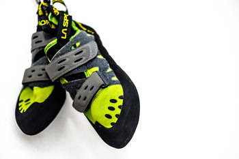 ボルダリングには専用の靴と滑り止めのチョークが必要ですが、基本的にジムや施設でレンタル可能です。頻繁に通うようになってから、自分専用の靴や道具を揃えても遅くはありません。