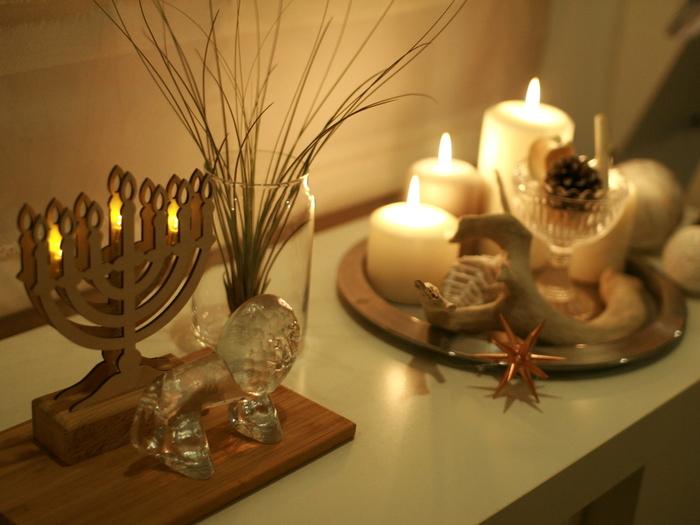 キャンドルの火のあたたかさは、ほっこりとした気分にさせてくれます。夜のリラックスタイムにぜひ灯してみましょう。自然素材のアイテムと一緒にディスプレイすれば、火を灯していない時でも秋らしくなります。