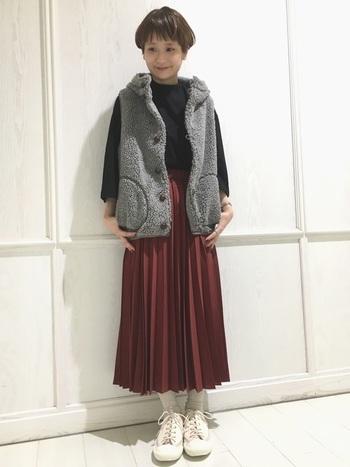上品なプリーツスカートに、ボアベストやスニーカーなどカジュアルなアイテムを合わせる上級者コーデ!モノトーンにスカートだけの秋色が効いています。こんな動きやすくてあったかなコーデで紅葉狩りしたいですね♪