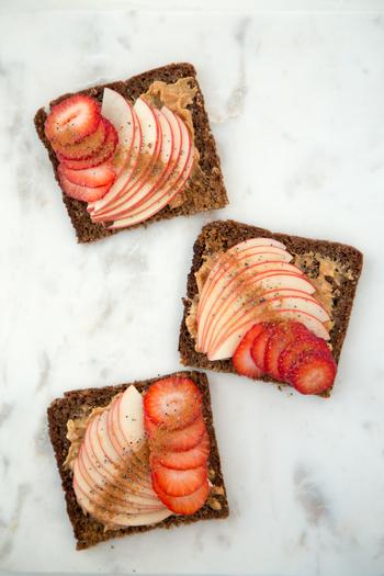 焼いたトーストにピーナッツバターを塗ったら、薄切りしたりんごといちごをのせて。 とっても簡単な華やかな朝食の完成です♪