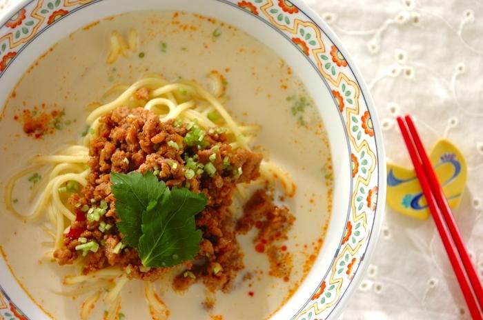 ベースの豆乳スープに、ピーナツバターやしょうゆを使ったタレを混ぜれば担々麺に。 濃厚でコクのあるスープが食欲をそそります。