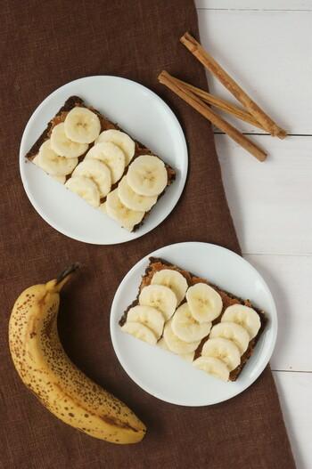 こちらは、ピーナッツバターにはちみつやシナモンパウダーを入れてちょっぴりアレンジ♪あとはスライスしたバナナをのせれば完成です。
