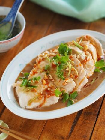 炊飯器で作る簡単よだれ鶏。 水分を逃さずジューシーに仕上げるポイントは、薄く片栗粉をまぶすことなのだそう。  ピーナッツだれをかければ、レストランででてくる絶品よだれ鶏の完成です。