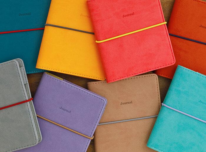 いつも身近にあり、毎日何度も目にする手帳の色は、持っていて気分が上がる色を選びたいですよね。好きな色、そのときの気分の色、TPOに合わせた色、さまざまな選び方があるでしょう。ここでは、「なりたい自分」をイメージした選び方をご紹介します。色のもつイメージや心理的効果を味方にする方法です。