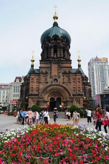 ハルビンの代表的な観光スポットの一つである「聖ソフィア大教堂」。1907年に建てられたロシア正教会の聖堂です。現在は聖堂としては使用されていませんが、芸術館として中に入ることもできます。建物の周りは広場になっており、記念写真や憩いの場として観光客にも地元の人にも愛されるスポットです。