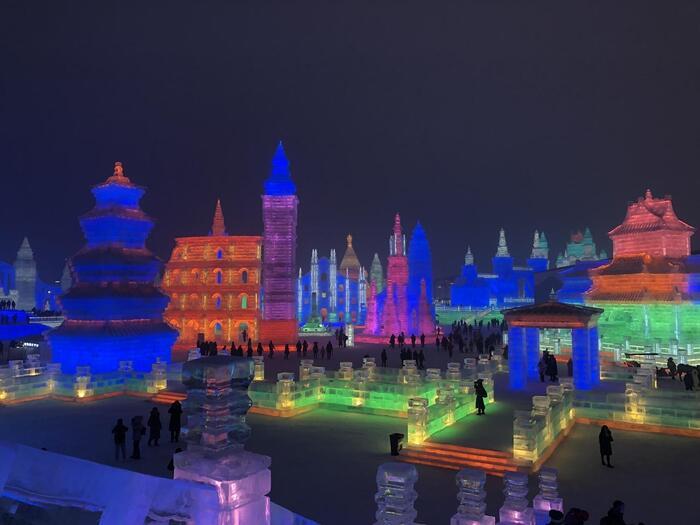 大きい!雪像の横に立つ人の大きさを見てみると、規模の大きさがわかりますね。中国の建築ような雪像の中に、どことなくロシアの雰囲気もあるのがハルビンらしいですね。とても綺麗なのでハルビンに行った際はぜひ見ていただきたいですが、かなり寒いのでお気をつけください。冬のハルビン、本当に寒いです。ロシアだと思って覚悟した方がいいかもしれません…!