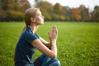 アイソメトリックスとは関節を動かさずに筋肉を一定時間緊張させる方法でのトレーニングです。体をゆっくりほぐして脳を目覚めさせます。簡単な方法の一つは、胸の前で手を合わせて互いの手に力を入れて押し合うやり方です。