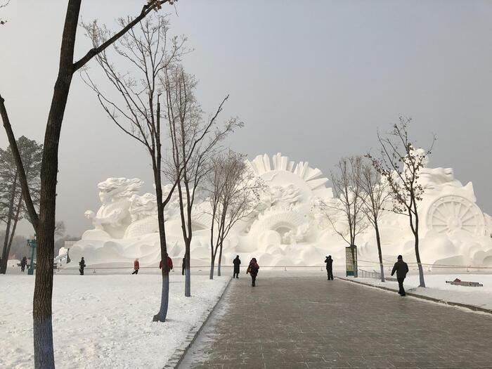 「ハルビン国際氷雪祭」の期間中、太陽島公園では有料で雪像が見られます。入場料は300元ほど。ハルビン価格にしては少しお高めですが、フレームに納まりきらないほどの特大な雪像は一見の価値ありです。