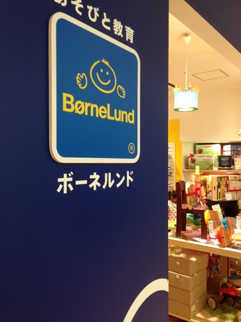 ボーネルンドは、豊かな遊びを生み出す世界唯一の「あそび」の総合専門店。「あそび」をテーマに、優れたあそびの道具と環境で子どもたちの「健全な成長」を見守る日本のブランドです。  知育玩具としての機能はもちろん、デザイン性にも優れた遊びの道具、そして遊びの場である「キドキド」など、総合的に遊びをプロデュ―スしています。