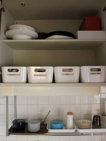 「VARIERA(ヴァリエラ)」の収納ボックスはごちゃごちゃと物が溢れがちの、キッチン棚の収納にとにかく便利。バラエティー豊富な大きさなので、キッチン棚に合わせて収納することができますよ。
