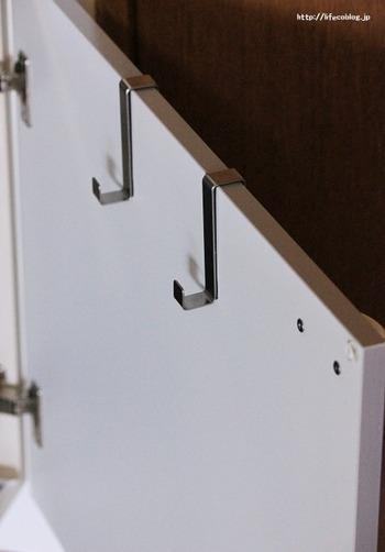 キャビネットにさっとかけたり、キッチン棚の扉にかけたり、見えない収納が増えます。置き場所に困りがちな、まな板をかけることもできますよ。