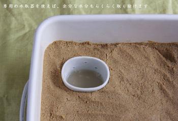 SサイズもLサイズも、フタの他に、ぬかに差しておくだけで余分な水分を集めてくれる水取器まで付いているので、余分な水分を簡単に取り除けます。