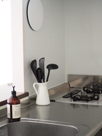 花瓶や水差しとして販売されている「SOCKERÄRT(ソッケルエールト)」ですが、実はおたまなどの大きな調理器具の収納にぴったり。安定感のある商品なので、多少大きな器具を差し込んでも、倒れる心配がありません。